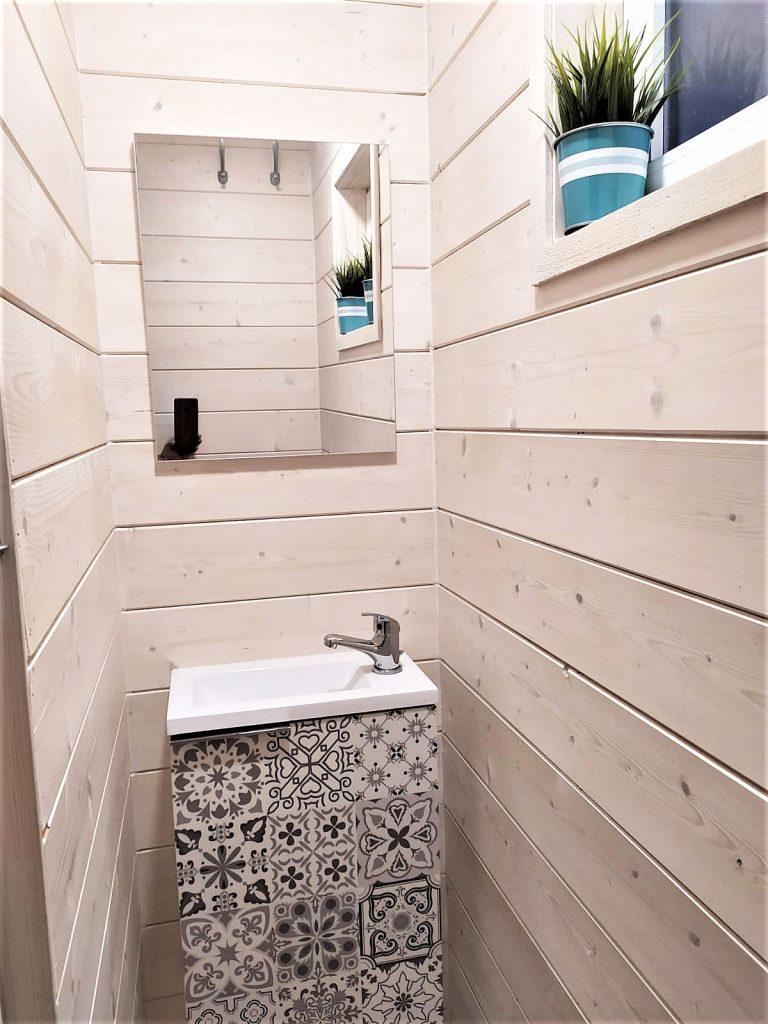 Una caseta de madera con baño, en Caseta Living