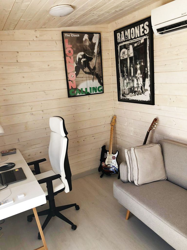 Una cálida oficina de 9m2 en casa, una opción perfecta para trabajar.
