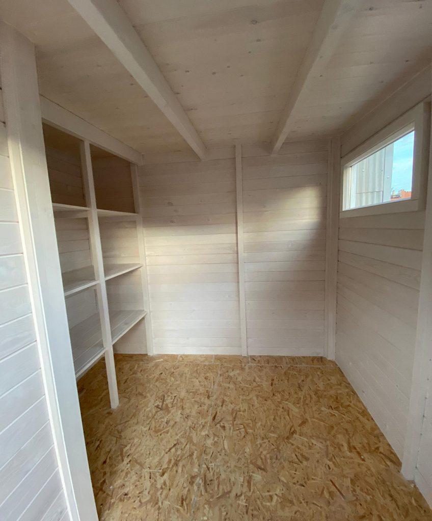 Interior de una caseta de herramientas de madera